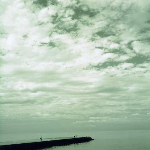 美川の海の遥か遠く。